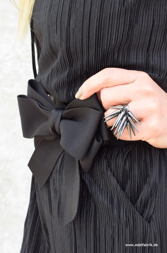 elastischer, schwarzer Gürtel für die Taille mit großer Schleife