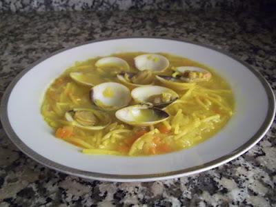 Sopa de fideos con almejas