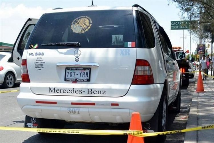 """""""BIEN CUERDITA"""",ANDABA """"PALETEANDO"""" en MERCEDES BENZ VESTIDO de POLICIA...pero investido de criminal."""