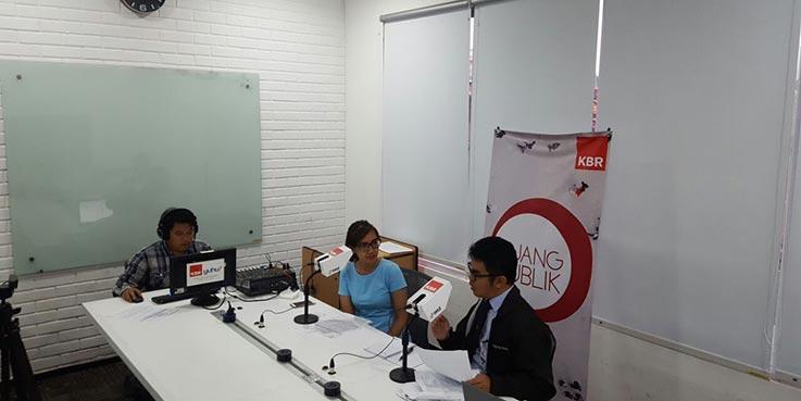 Kepala Subdirektorat Perencanaan Strategis dan Manajemen Transformasi, Ambang Priyonggo talkshow di sebuah stasion radio swasta nasional.