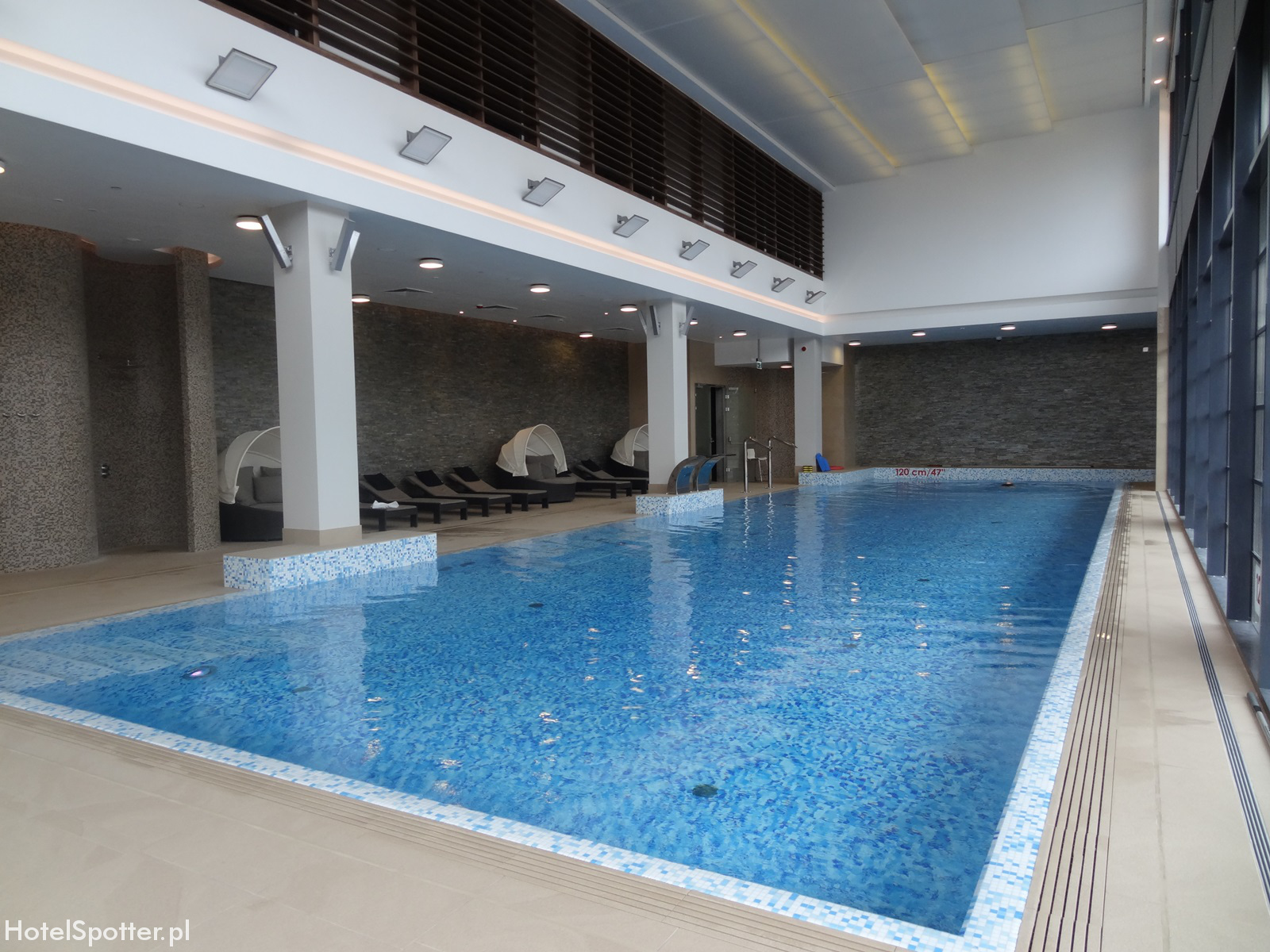 DoubleTree by Hilton Warsaw - hotelowy basen ze slona woda