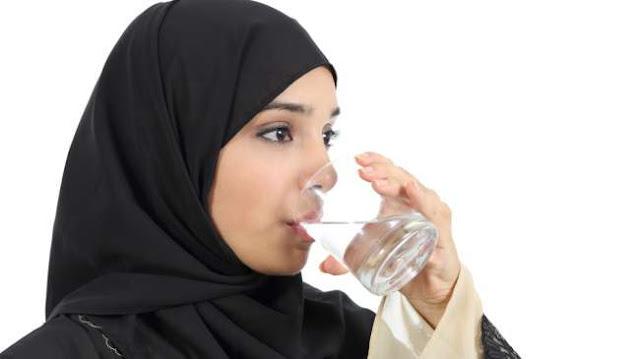 Beda Manfaat Minum Air Dingin dan Air Hangat