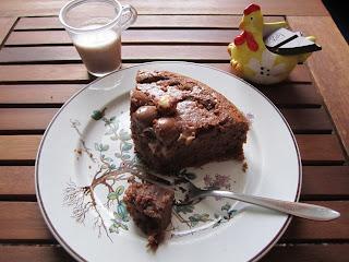 Part de gâteau aux Kinder Schoko-Bons accompagnée d'une tasse de lait épeautre noisettes de Bjorg