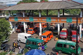 Terminal bémo au marché local de Amlapura Karangasem à Bali en Indonésie