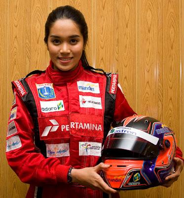 Biografi Alexandra Asmasoebrata        Alexandra lahir di Jakarta pada tanggal 23 Mei 1988. Ia memulai debutnya di ajang gokart pada saat ia berusia 12 tahun. Pada saat itu ia tampil sebagai kadet 60cc dan pada ajang tersebut ia telah beberapa kali berhasil meraih juara pertama. Namun setahun kemudian ia pindah ke kelas 125cc. Prestasinya pada kala itu cukup membanggakan. Bahkan Alexandra juga pernah sampai ke ajang tingkat ASEAN. Berkat penampilannya yang memukau, Alexandra mendapat tawaran untuk masuk ke dunia balap international. Akhirnya ia pun mengikuti kualifikasi Formula BMW Scholarship pada tahun 2004 di Spanyol. Pada tahun 2007 ia semakin aktif di dunia balap international dan berkat prestasi gemilang yang dicapainya, Alexandra memperoleh penghargaan dari MURI sebagai pembalap perempuan pertama di Indonesia. Tidak hanya tampil sebagai pembalap wanita pertama di Indonesia saja, di kancah international Alexandra jua dikenal sebagai pembalap wanita pertama di Asia. Beberapa prestasi yang pernah diraih diantaranya adalah 2002 1st champion National Kart Championship, 2005 1st champion National Kart Championship, 2005 13th World Championship Junior rotax max dan 2005 1st China Formula Campus Asian Division 12:36 AM  Alexandra Asmasoebrata adalah putri ketiga dari pasangan Alex Asmasoebrata dan Hj. Sofia Muri Mardiana. Ayah Alexandra Asmasoebrata memang seorang pembalap. Bahkan Alex Asmasoebrata dikenal sebagai pembalap yang seangkatan dengan Aswin Bahar, Deyu, Dolly Indra Nasution dan Tinton Suprapto. Meski demikian, Alexandra Asmasoebrata menyangkal bahwa karirnya di dunia balap ini berkat sang ayah. Alexandra Asmasoebrata memulai debutnya di ajang gokart pada saat ia berusia 12 tahun. Pada saat itu ia tampil sebagai kadet 60cc. Pada ajang tersebut ia pernah beberapa kali berhasil meraih juara pertama. Namun setahun kemudian ia pindah ke kelas 125cc. Prestasinya pada kala itu cukup membanggakan. Bahkan Alexandra Asmasoebrata juga pernah sampai ke ajang setingkat