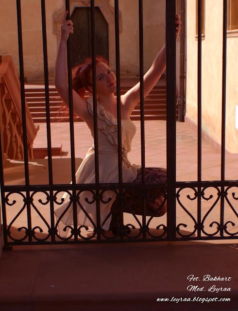22.04.2016 cz.4 Beżowa sukienka z falbankami, czarne koronkowe rajstopy, czarne szpilki, Sesja Ogród Włoski w Kielcach