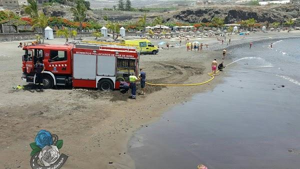 Ambulancia y camión de bomberos rescatados playa San Juan, Tenerife