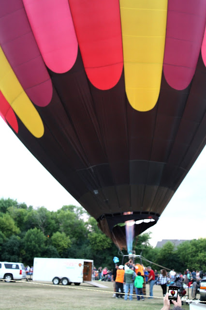 Plume inflating balloon