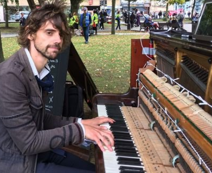 Man vows to play piano non-stop until ex of four months takes him back (video)