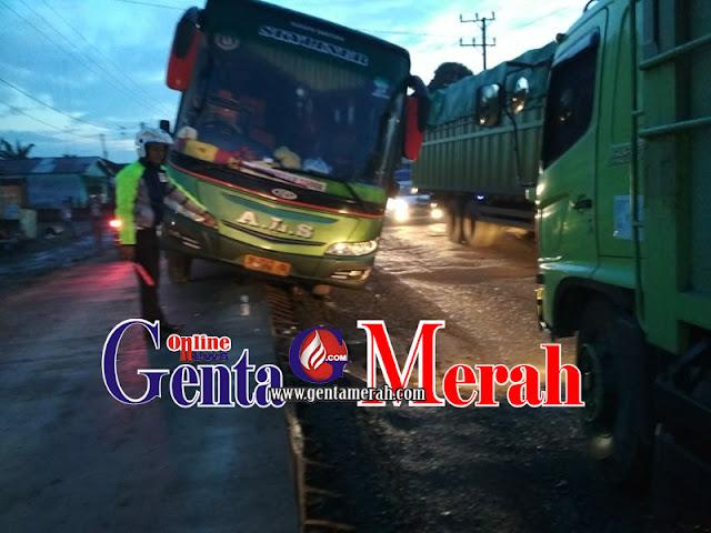 Sopir Ngantuk, Bus ALS Terperosok dari Badan Jalan di Lamteng