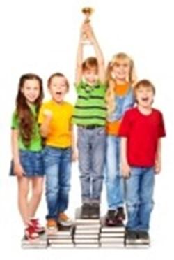 gambar anak berprestasi akademis di sekolah