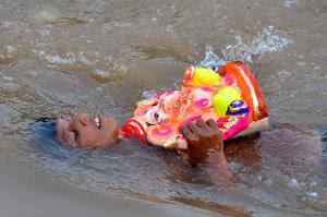 விநாயகர் சிலைக் கரைப்பில் 16 பேர் நீரில் மூழ்கி உயிரிழப்பு