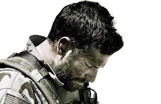 Imagen de la película El Francotirador, que se ve como el protagonista (Bradley Cooper) está pensativo.