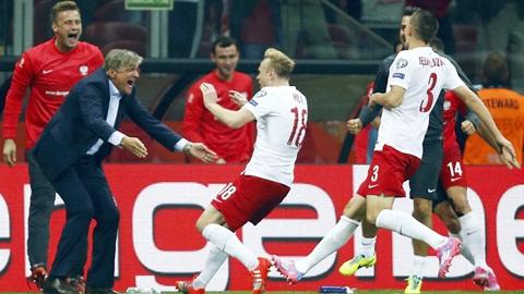Phút giây ăn mừng bàn thắng cùng HLV của các cầu thủ Ba Lan