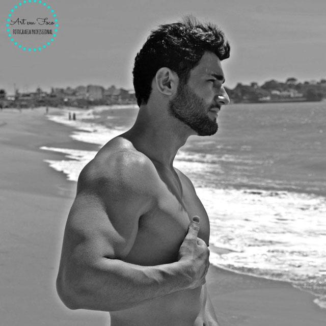 Matheus Lopes posa para foto na Praia da Tartaruga, em Rio das Ostras. Foto: Junior de Oliveira e Gabrielle Toledo/Art em Foco