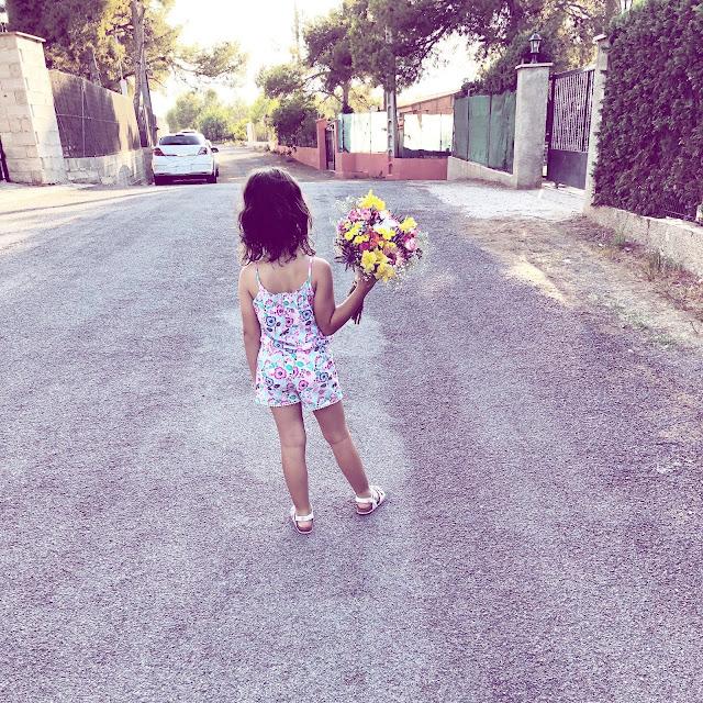 Salvajita junto a su ramo de flores que pidió para su cumple