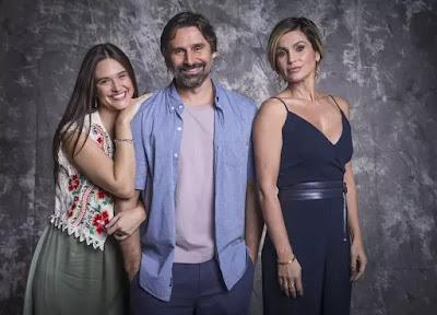 Luna (Juliana Paiva) é filha de Mário (Murilo Rosa) e Helena (Flávia Alessandra)