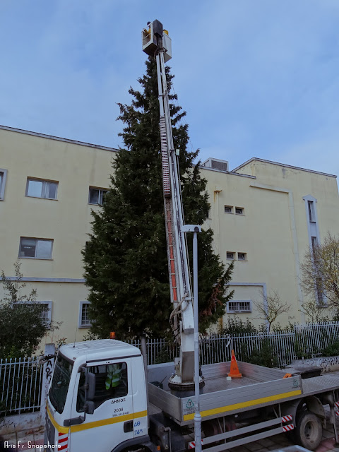 Με γοργούς ρυθμούς προχωρούν οι εργασίες στο Χριστουγεννιάτικο Χωριό στην Τούμπα