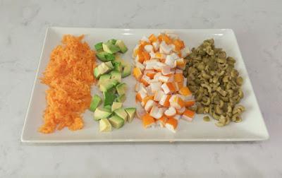 Picar ingredientes para ensalada de arroz