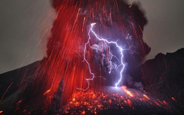 Gunung Agung adalah gunung berapi tipe stratovolcano, gunung ini memiliki kawah yang sangat besar dan sangat dalam yang kadang-kadang mengeluarkan asap dan uap air.