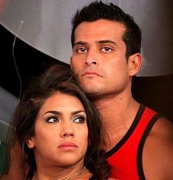 Foto de Christian Domínguez muy serio junto a Vania Bludau