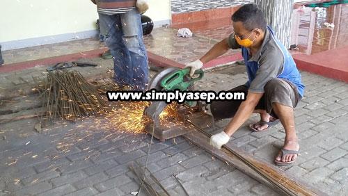 """SIBUK  Herman (Ketua RT Blok C Kompek Duta Bandara Kubu Raya juga """"turun gunung"""" merapilhkan besi besi seperti tampak dalam foto ini.  Photo Asep Haryono"""