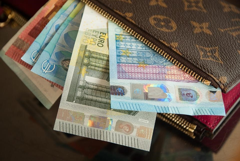 8 Money Safety Tips While Travelling
