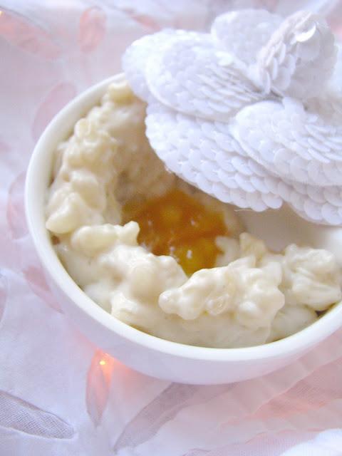 La crème blanchissant la peau entre les pieds
