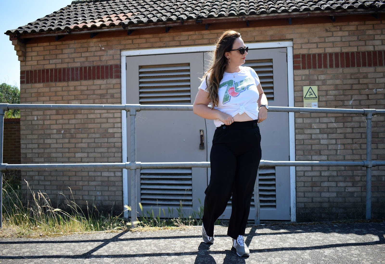 A casual way to wear black trousers this summer