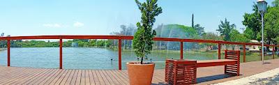 """Na cabeceira do lago junto à Alameda Maurício de Nassau, a Prefeitura de Holambra construiu o """"Deck dos Namorados"""" que tem música romântica ambiente. Traga seu cadeado e demonstre sua paixão trancando o mesmo no guarda corpo do local."""