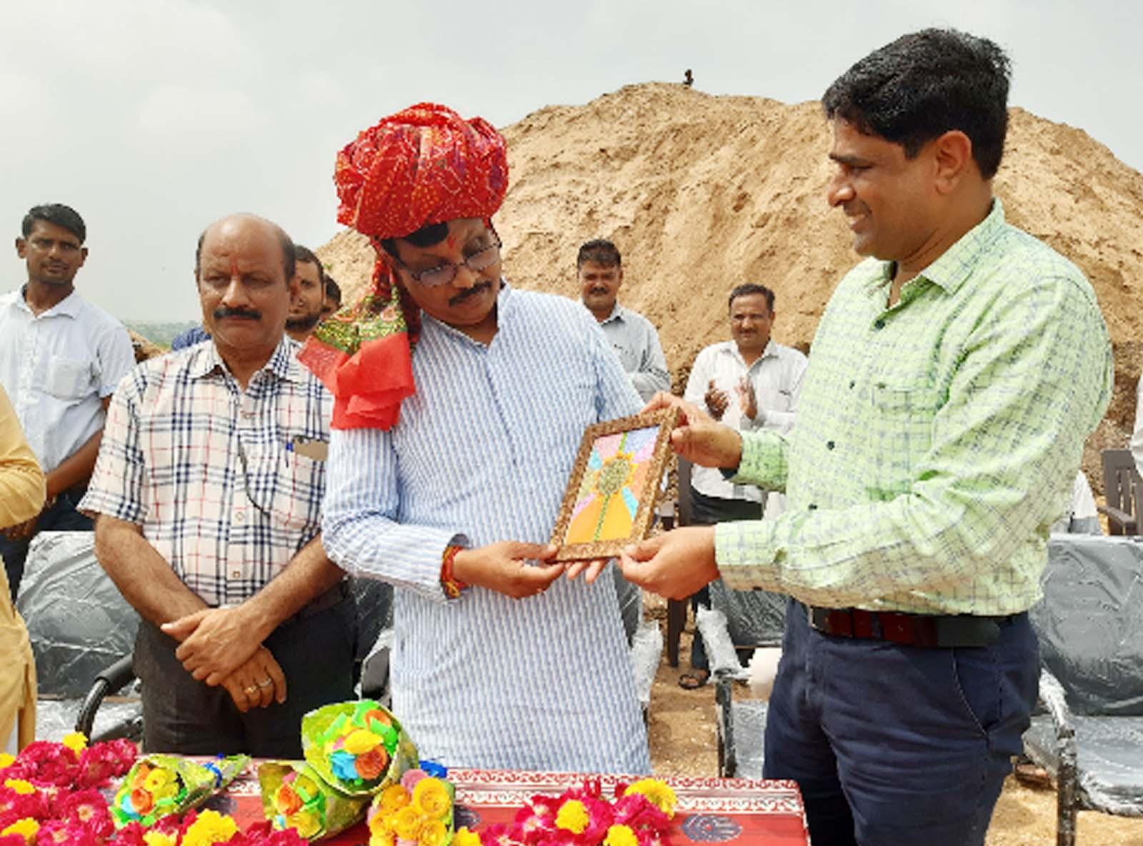 Jhabua News- जवाहर नवोदय विद्यालय के निर्माणाधीन विद्यालय भवन प्रांगण में सांसद गुमानसिंह डामोर ने किया वृक्षारोपण