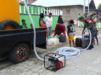 Babinsa Koramil Tual Bantu Distribusi Air Bersih ke Warga Mastur Baru