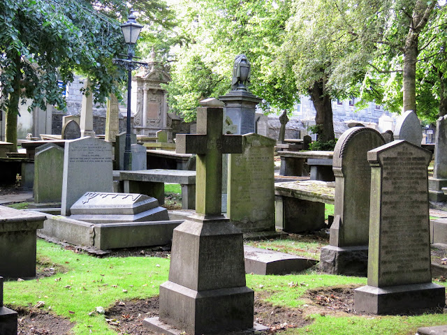 Things to do in Aberdeen Scotland: Take a walk in St. Nicholas Cemetery