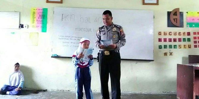 Anggota Polisi Jadi Guru Tanpa Dibayar