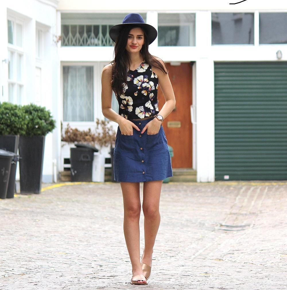 peexo fashion blogger wearing fedora and floral crop top and a-line skirt and rose gold espadrilles