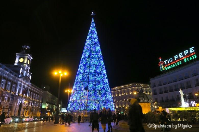 Puerta del Sol スペインのマドリードのソル広場に設置された青いクリスマスツリー