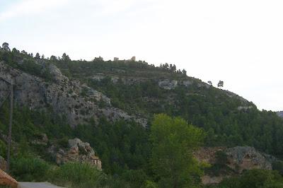 Beseit, Fortins de Cabrera, fortines de Ramón Cabrera , Beceite, vista desde abajo, cova de l'aire