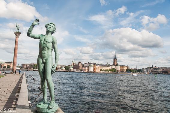 El ayuntamiento de Estocolmo a orillas del lago Malaren