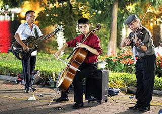 Hoan Kiem Lake street-show