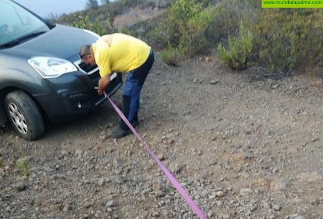 AEA La Palma rescata un vehículo atrapado en una pista de Garafía