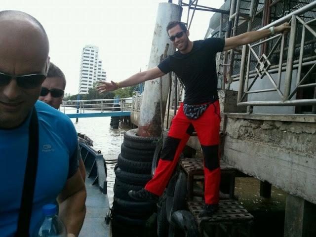 Antonio dejándose ver con ese pantalón rojo