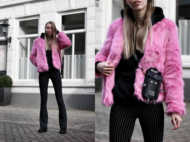 Outfit met fluffy roze jas van imitatiebont Froufrou's telefoon tasje zwarte hoodie the Sting gestreepte flared broek en zwarte Timberland boots