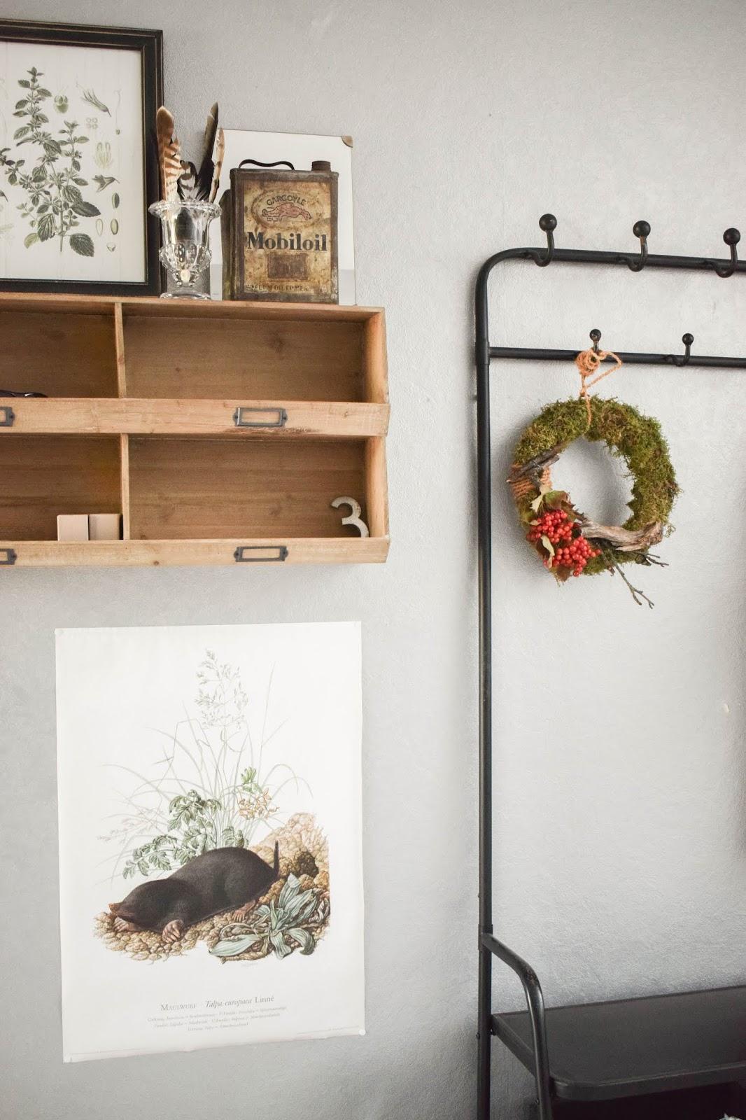 DIY Mooskranz einfach selber machen mit Moos Beeren Holz und Sisal. Naturdeko Anleitung zum Kranz binden. Dekorieren mit Natur. Garderobe Diele herbstdeko