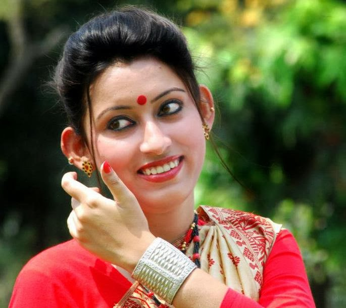 INDIAN GIRLS PHOTO: Beautiful Indian Girl With Cute Smile