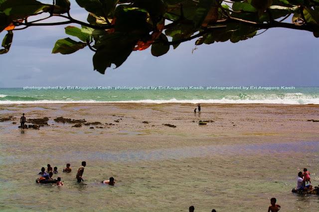 Pantai Sindangkerta aman untuk berenang.