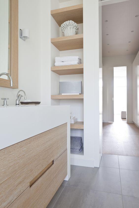 Elementos naturales indispensables en un baño elegante