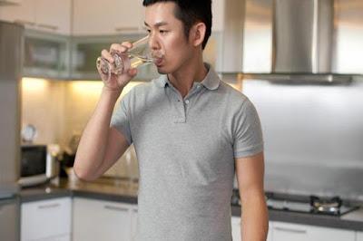 Minum Sambil Berdiri Bisa Picu Masalah Jantung Hingga Paru-Paru
