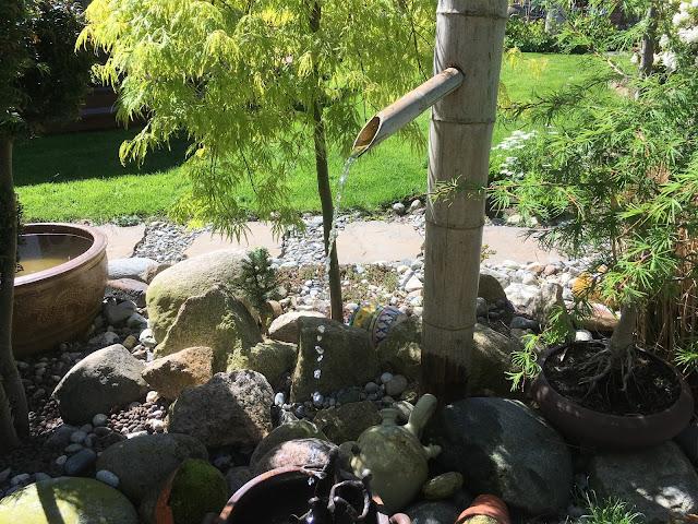 En solrik dag i Cornelias Verden - Vannfall fra bambusrør