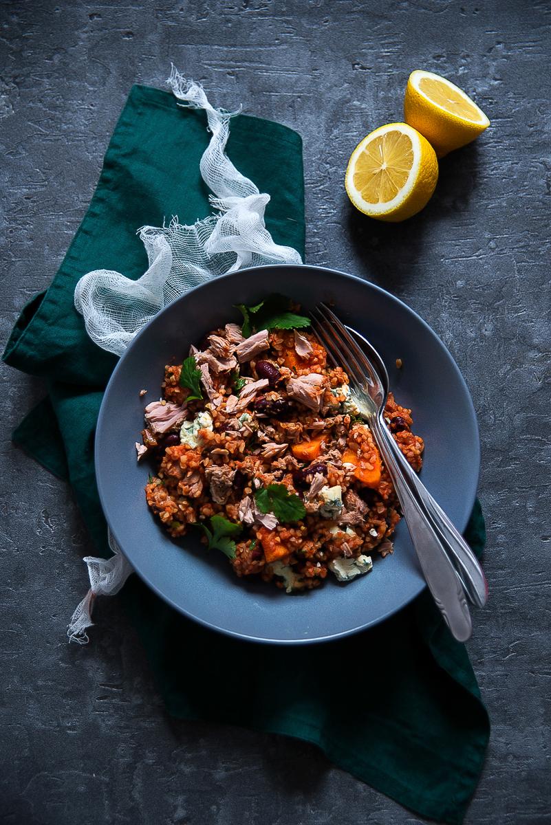 Bulgur z tuńczykiem, batatem, serem pleśniowym i czerwoną fasolą