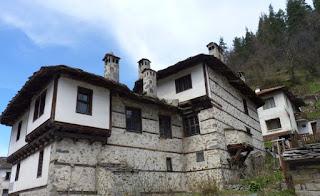 Las casas de Shiroka Laka son una pasada.